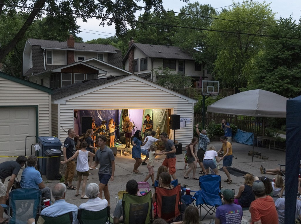 Neighbors dance at 612live plays at SW x SW this past month. Photo by Per Breiehagen