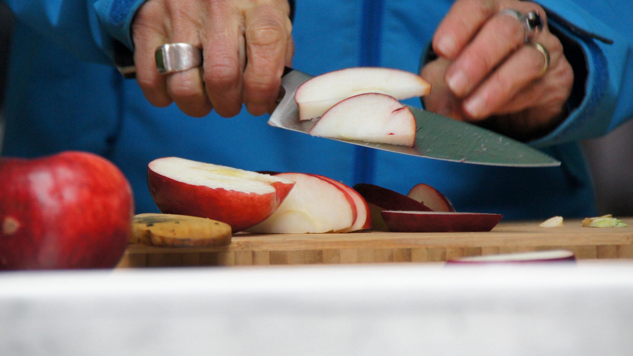 slicing apples